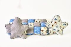 Zwei fünf-spitze sternförmige Kissen und Patchworkdeckbett und auf weißem Hintergrund lizenzfreie stockfotografie