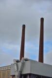 Zwei Fabrikschornsteine Stockfotos