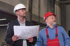Zwei Fachleute mit Set Lichtpausen stockfoto