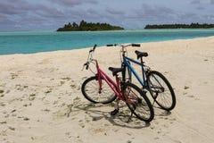 Zwei Fahrräder auf Sand Stockbild