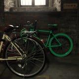 Zwei Fahrräder unter einem Fenster Stockbilder