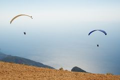 Zwei Fallschirme im Himmel Stockfotos