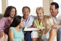 Zwei Familien, die einen Geburtstag feiern lizenzfreie stockfotografie
