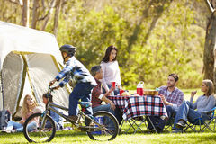 Zwei Familien, die kampierenden Feiertag in der Landschaft genießen lizenzfreie stockbilder