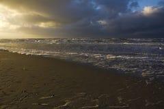 Zwei Farbhimmel am Sonnenuntergangstrand Texel Stockfotografie
