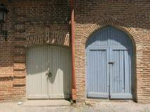 Zwei farbige hölzerne Außentüren lizenzfreies stockbild