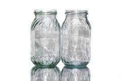 Zwei farbige leere Gläser Stockfotos