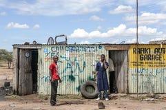 Zwei farbige Männer in einer Garage Stockbilder