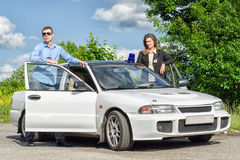 Zwei FBI-Agenten nahe dem Auto Stockfotos