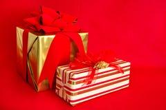 Zwei Feiertags-Geschenke Lizenzfreie Stockfotos