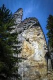 Zwei Felsen zwischen hohen Bäumen im Adrspach Stockbilder