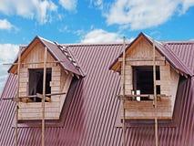 Zwei Fenster auf dem Dachboden Lizenzfreies Stockbild