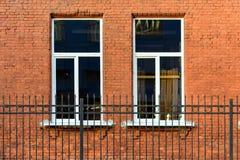 Zwei Fenster auf der Wand lizenzfreie stockfotografie