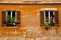 Zwei Fenster auf einer Weinlesewand stockfotografie