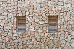 Zwei Fenster in der alten Steinwand stockfoto