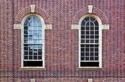 Zwei Fenster in der Backsteinmauer Stockfotografie