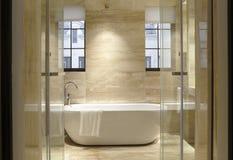 Zwei Fenster des Badezimmers Lizenzfreie Stockbilder