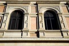 Zwei Fenster eines wichtigen und schönen Gebäudes hinter der Basilika von San Petronio Stockfotos