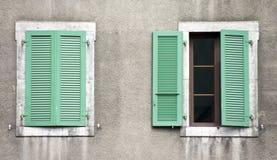 Zwei Fenster, grüne Blendenverschlüsse Lizenzfreies Stockbild
