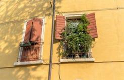 Zwei Fenster mit den offenen und geschlossenen Fensterläden Lizenzfreie Stockfotos