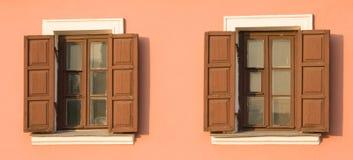 Zwei Fenster mit geöffneten Vorhängen Stockfoto
