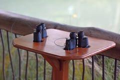 Zwei Ferngläser bereit zu birdwatching Tätigkeit stockbild