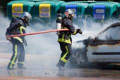 Zwei Feuerwehrmänner in der Aktion Stockfotografie