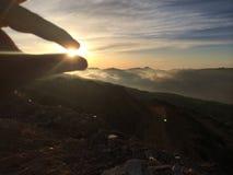 Zwei Finger, welche die Sonne halten Lizenzfreies Stockbild