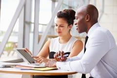 Zwei Firmenkundengeschäftkollegen, die im Büro zusammenarbeiten Stockfoto