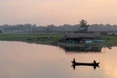 Zwei Fischer auf Taungthaman See bei Sonnenaufgang Stockfotografie