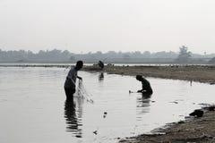 Zwei Fischer auf Taungthaman See morgens Lizenzfreie Stockfotos