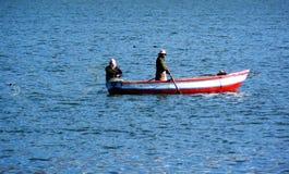 Zwei Fischer, die auf ihrem Boot fischen stockfoto