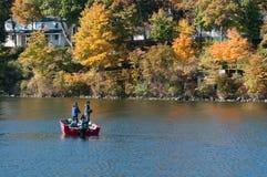 Zwei Fischer, die von einem Boot im See Delavan, Wisconsin fischen Lizenzfreies Stockfoto