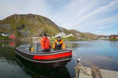 Zwei Fischer in einem Boot im Hafen Stockbilder