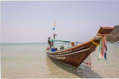 Zwei Fischer in einem longtail Boot stockfotos