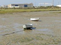 Zwei Fischerboote im trockenen Meer von Cadiz stockbild