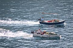 Zwei Fischerboote, Makarska, Kroatien lizenzfreie stockbilder