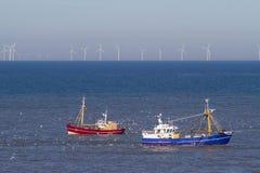 Zwei Fischerboote mit Seemöwen auf der Nordsee stockbild