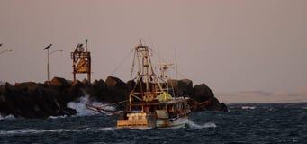 Zwei Fischereischleppnetzfischer, die heraus zum Meer vorangehen stock video