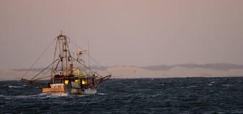 Zwei Fischereischleppnetzfischer, die heraus zum Meer vorangehen stock footage