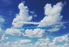 Zwei Flächen IL-76 produzieren blauen und weißen Rauch in den Wolken im Himmel über Russland Russische Luftfahrt Landungsverband stockfoto