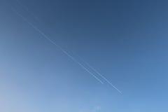 Zwei Flächen pflügen den Himmel Stockbild