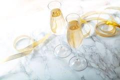 Zwei Flötengläser mit Champagner stockfoto