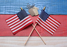 Zwei Flaggen und Erkennungsmarken auf patriotischer Tabelle Stockfoto