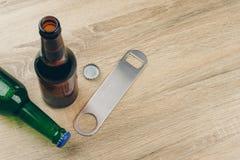 Zwei Flaschen des Bieres und des Edelstahlflaschenöffners stockbild