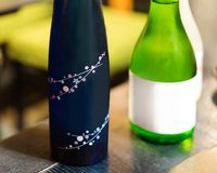 Zwei Flaschen japanischer Wein auf dem Tisch, Tokyo, Japan Abschluss-u lizenzfreie stockfotos