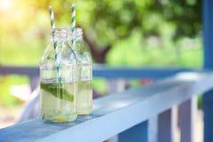 Zwei Flaschen mit Limonade lizenzfreies stockbild