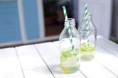 Zwei Flaschen mit Limonade lizenzfreie stockfotografie