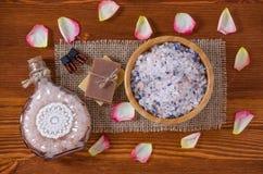 Zwei Flaschen mit organischem wesentlichem Aroma ölen mit den Blumenblättern von stiegen, Lavendel, Seife, Himalajasalz auf altem Stockfotos