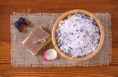 Zwei Flaschen mit organischem wesentlichem Aroma ölen mit rosafarbener Lavendelseife, Salz auf altem hölzernem Hintergrund Stockfoto